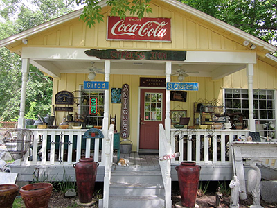File:Mandeville Antique shop porch.JPG